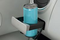 カップホルダーは、細い缶にも対応したものが採用された。