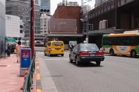 セダン型のタクシーに交じって東京都内の道を走る「NV200タクシー」。
