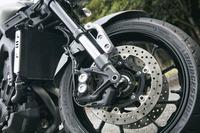 フロントブレーキは、対向4ピストンのキャリパーと298mm径のディスクで構成される。ABSも備わる。