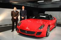 「599GTO」とフェラーリ・ジャパン プレジデント&CEOのエドウィン・フェネック氏(左)、フェラーリS.p.A コマーシャル&マーケティング・ディレクターのエンリコ・ガリエラ氏(右)。