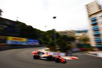 モナコで予選Q3進出を果たしたマクラーレンのストフェル・バンドールン(写真)。しかしQ2中にクラッシュしてしまい、さらに前戦スペインGPでフェリッペ・マッサと接触したことで3グリッド降格ペナルティーを受け12番グリッドからスタートすることに。レースでは10位を走行し今季初得点の可能性もあったが、セーフティーカー明けにターン1を曲がり切れず、ウォールに突っ込みリタイア。マクラーレンは、今シーズンまだポイント獲得がない唯一のチームである。(Photo=McLaren)