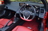 インテリアでは専用デザインのステアリングホイールや無限のロゴ入りメーターなどが目を引く。テスト車にはオプションの赤いスポーツマットが敷かれていた。