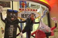 米国といえばハーシーのチョコレート。同社の「チョコレートワールド」前で、思わず「ギブミー、チョコレート!」と叫ぶ筆者。