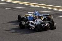 ファイナルラップのメインストレート、ライコネン(後ろ)がフィジケラを追い抜き、トップを奪った。2000年のベルギーGP、ライコネンの先輩ミカ・ハッキネンが、周回遅れを間に挟みミハエル・シューマッハーをオーバーテイクした、あの瞬間と似た鮮烈なシーンだった。(写真=メルセデスベンツ)