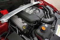 エンジンのパワーアップに伴い、ボディ剛性も高められている。スタビライザー径を拡大し、「V8 GTモデル」のエンジンルームにはストラットタワーバーが装備される。