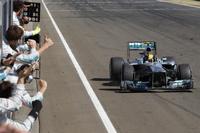 ハミルトンは、得意とするハンガリーでメルセデス移籍後初優勝。ハンガロリンクでは自身通算4勝目、そして2年連続となるポール・トゥ・ウィンを飾った。メルセデスの悪癖である「レース中のタイヤのデグラデーション」をみじんも感じさせない勝利の影には、ピレリのニュータイヤの影響があるのかもしれない。(Photo=Mercedes)