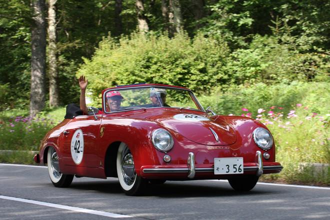 1953年「ポルシェ356カブリオレ」。いわゆる「プリA」のカブリオレだが、なんとこの個体、当時のインポーターだった三和自動車によって、日本に初めて正規輸入された2台のポルシェのうちの1台だという。当時、356のエンジンは1.1/1.3/1.5リッターの3サイズ5チューンだったが、これは60ps を発生する1.3リッターの高性能版「1300S」を搭載。ちなみにベーシックな「1100」はたったの40ps、最強バージョンの「1500S」でも70psだった。
