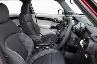 「MINI」の他のモデルと同じく、インテリアの仕様は多彩。テスト車にはオプションで用意される、クロスとレザーのコンビシートが装備されていた。