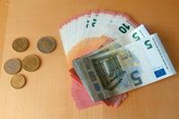 羽田で両替し、ヨーロッパ出張に持参したユーロ。かの地でも、人生は畢竟(ひっきょう)、金でありました。