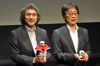 「KIROBO mini」の概要を説明する、トヨタ自動車 MS製品企画部 主査 片岡史憲氏(左)と、同専務役員 吉田守孝氏(右)。片岡氏の持つKIROBO miniはクレードルに乗っている。