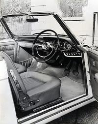 アレマーノ製コンバーチブルのインテリア。インパネは生産型とは異なり、メーターは速度計と燃料/水温などの集合計のみ。ステアリングホイールはトリノショー出展時にはナルディ製ウッドリムの3本スポークが装着されたが、この撮影時点ではグロリア用がそのまま残されている。