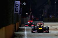 ポールポジションからレースをリードしたマクラーレンのルイス・ハミルトンがリタイアしたことでトップの座が転がり込んできたベッテル(写真前)。この勝利でランキング2位に上昇、ポイントリーダーのアロンソとの差を10点縮め29点差とした。ベッテルはシンガポール2連覇。これで自身通算23勝目をマークしたことになり、記録上では3度ワールドチャンピオンとなったネルソン・ピケに並んだ。(Photo=Red Bull Racing)