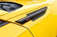 内外装のさまざまなパーツに刻まれたSTIのロゴが、特別仕立てであることを主張する。写真は右フロントのフェンダーガーニッシュ。
