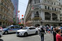 世界最大の自動車市場である中国。年間販売台数はおよそ2800万台に達する。写真は上海の街並みの様子。