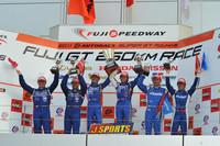 GT500クラスの表彰式。タイトル争いでは、1位がNo.46 S Road MOLA GT-R(60pt)、2位はNo.1 ウイダー HSV-010(52pt)、3位がNo.12 カルソニックIMPUL GT-R(46pt)の順となった。 次戦は10月2日、オートポリスで行われる。