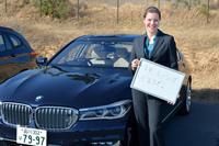インタビューに応じてくださったのは、BMWジャパン広報部のチャーリーン・イードゥさん。BMWのフラッグシップ「7シリーズ」の前で、2017年の意気込みを語っていただいた。