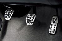 「専用プレミアムペダル」。写真はMT車のもので、CVT車はアクセルペダルとブレーキペダルの2点となる。