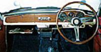 木目パネルに円形メーターを配したベルリーナのインパネ。4段ギアボックスはコラムシフトとフロアシフト(画像)が選べ、後者にはスポーティな3スポークのステアリングホイールが装備された。
