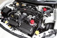カーボンシャフト採用のフロントストラットタワーバーやスポーツオイルフィルターなどのTRDパーツが装着されたエンジンルーム。