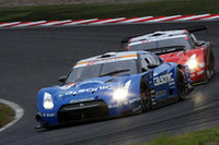 レースを制したのは写真手前、No.12 カルソニック IMPUL GT-R(松田次生/セバスチャン・フィリップ組)。