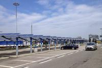 「太陽の道」西セッキアSAの駐車場にて。太陽光パネルは、庇(ひさし)も兼ねている。
