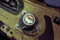 付属のアクリル板を介してボストン・スピーカーを固定。ボルト位置がぴったり合っているから交換は簡単。