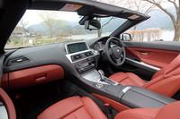 ブラックの内装に赤いシートがまぶしいインテリア。テスト車はオプションのエクスクルーシブナッパレザーシート(バーミリオンレッド)を装備。またレザーフィニッシュダッシュボードに赤いコントラストステッチ(いずれもオプション)も施されるなど、超豪華仕様となっている。