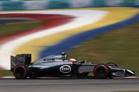 リカルドの失格でオーストラリアでのデビュー戦を2位という好成績で飾ったマグヌッセン。雨の予選ではタイヤ選択を誤り8番グリッド、追い上げをはかったレースではライコネンに接触、フロントウイングを壊し、ペナルティーまで食らってしまった。それでもしぶとく周回を重ね結果9位完走、2戦連続得点に成功した。チームメイトのジェンソン・バトンは6位に入り、開幕戦に続きダブル得点。マクラーレンはメルセデスに次ぐランキング2位につけている。(Photo=McLaren)
