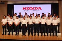 モータースポーツの活動計画発表会に臨む、ドライバーおよびライダー、チーム監督。