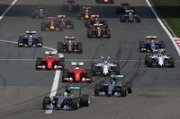 ポールシッターのハミルトン(写真先頭)は、スターティンググリッド上で2番手ロズベルグ(その後ろ)の方向にマシンを向け、スタート前からけん制。シグナルが変わるとトップのままターン1へ進入した。(Photo=Mercedes)
