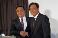 5月12日の記者発表にて、握手を交わす日産自動車のカルロス・ゴーン社長兼最高経営責任者(写真左)と、三菱自動車の益子 修取締役会長兼CEO(同右)。
