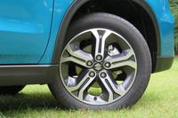 タイヤサイズはFF車、4WD車共通で215/55R17となる。
