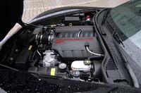 エンジンは低いだけでなく、フロントミドぎみにマウントされる。