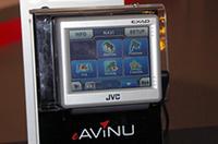 JVCが久々にカーナビ市場に参入。20GB HDDを搭載し、地図データに13GBを使用。残りの7GBに音楽や動画を保存&再生できる。