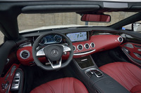 高品質なレザーがふんだんに使われる運転席まわりの様子。「メルセデスAMG S63 4MATICカブリオレ」のハンドル位置は左側に限られる。