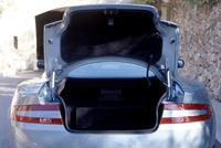 DB9の荷室は、トランスアクスルを採るため、フロアが高く、狭い。床面最大幅148cm、奥行き45cm、高さは40cm。