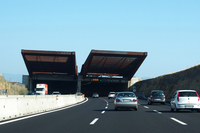 ドライバーの目をトンネル内の暗さに慣れさせるためのシェードも。それは耐候性鋼だった。