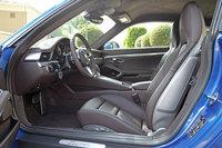 「911ターボ」のフロントシート。深いサイドボルスターを持つ「スポーツシートプラス」を選択すると、シルバーグレー仕上げのバックレストシェルが付く。