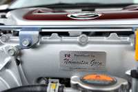 「匠の技」を大事にするのもR35型「GT-R」の姿勢。MY13のエンジンには、エンジン1基をすべて手組みした職人の名を刻んだアルミ製ネームプレートが貼られる。