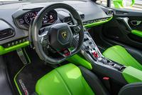 """「ヴェルデ・マンティス」(グリーン)をまとった試乗車は、オプションの""""ビコローレ・スポルティーボ""""が選択され、インテリアにも目にも鮮やかなグリーンが反復されていた。"""