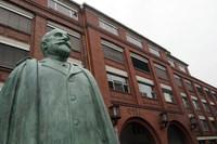 リュッセルスハイム駅前にて。オペル旧本社と創始者アダム・オペル像(1837-1895)。彼はこの街で生まれ、この街で世を去った。