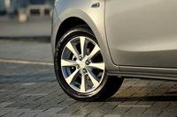 アルミホイールが装着されるのは「1.2G」のみ。タイヤサイズは175/55R15となる。