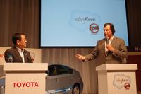 会見に臨む、トヨタ自動車の豊田章男社長(写真左)と米セールスフォース・ドットコムのマーク・ベニオフ会長兼CEO。