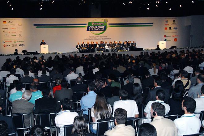 軽く見積もっても1000人は下らないゲストの前で行われたオープニングセレモニー。会場は、リオデジャネイロの中心から30分ほど西の、見本市会場「リオセントロ」。