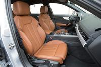 新型「A4」の前席。従来モデルと比べて肩まわりのスペースやヘッドクリアランスが拡大されている。