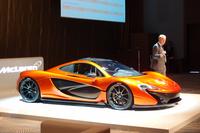 発表会の会場では、開発陣による技術やデザインの解説も行われた。写真右は、マクラーレン・オートモーティブのリサーチディレクター ディック・グローバー氏。