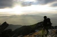 神々しいまでの夕日を眺め、山小屋に入った。