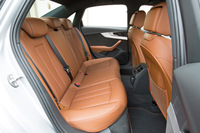 後席では、従来モデルより足元のスペースのゆとりが増している。