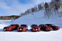 ずらりと並んだマツダのi-ACTIV AWD搭載車。試乗の舞台は北海道士別市にある交通科学総合研究所・士別試験コースと、その周辺の一般道。