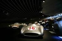 写真手前のマシンは、1955年の「W196」。ファン・マヌエル・ファンジオのドライブにより、イタリアグランプリで優勝を飾った。